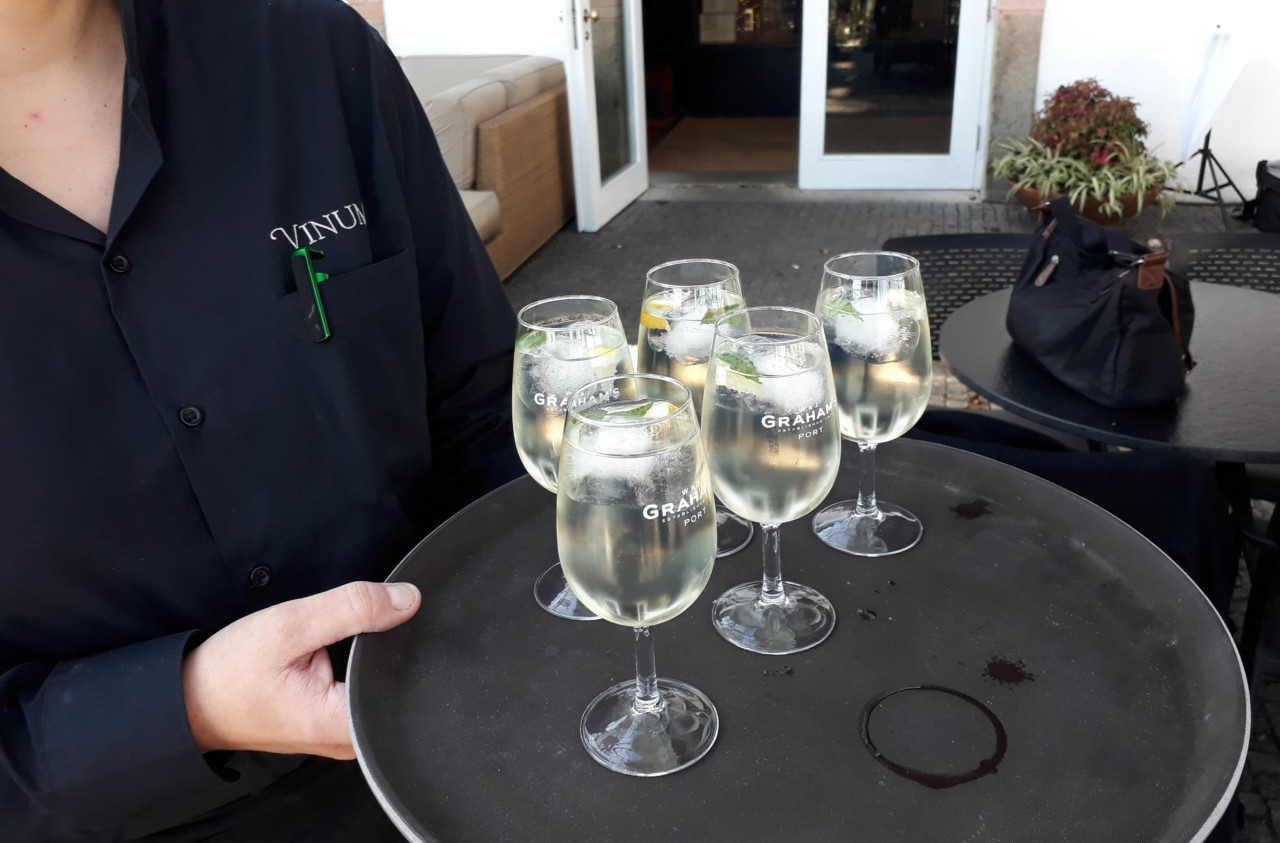 apero with dry white port